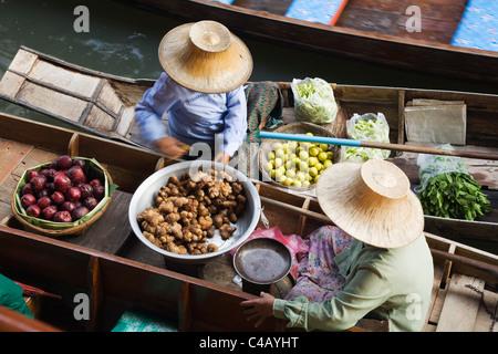 Thailand, Samut Songkhram, Damnoen Saduak.  Women trade produce from their canoes at Damnoen Saduak -Floating Market - Stock Image