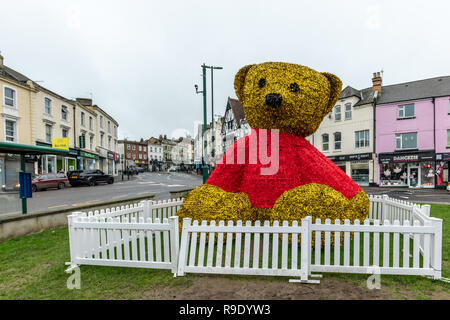 Bournemouth, UK. 23rd December 2018. A giant teddy bear made of tinsel in The Triangle area of Bournemouth. Credit: Thomas Faull/Alamy Live News - Stock Image
