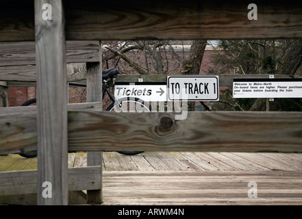 'Tickets' sign through fence at Metro North train station, Scarsdale, NY, USA - Stock Image
