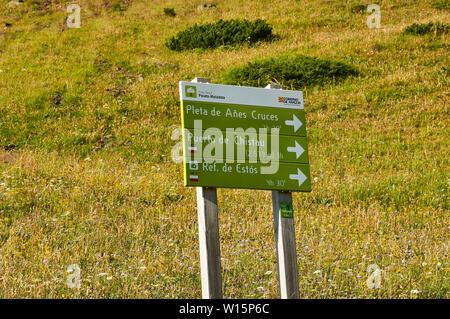 Parque Natural Posets-Maladeta trail signpost in Transpirenaica GR-11 footpath (Viadós, Chistau valley, Sobrarbe, Huesca, Pyrenees, Aragon, Spain) - Stock Image