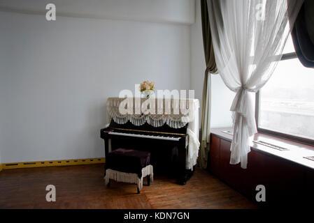 Le piano de la salle de répétition de danse classique au palais des enfants de Pyongyang le 13 octobre - Stock Image