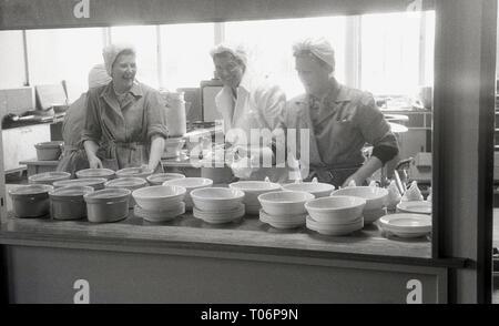 1950s, school kitchen, female cooks preparing food, England, UK. - Stock Image