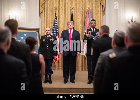 U.S President Donald Trump presents the Medal of Honor to retired U.S. Army Staff Sgt. Ronald J. Shurer II during a ceremony in the East Room of the White House October 1, 2018 in Washington, DC. Sharer received the medal for heroism during the Battle of Shok Valley in Afghanistan. - Stock Image