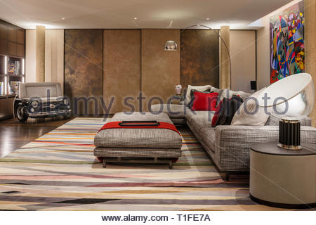 Modern living room with patterned rug - Stock Image