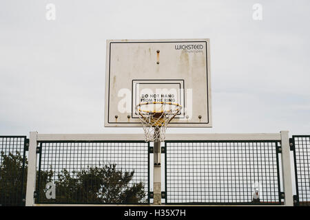 'Do Not Hang From The Ring' message on a basketball hoop backboard  at Bowling Green Public Park, aka The - Stock Image