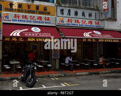 The famous Sin Swee Kee food restaurant in Seah Street, Singapore, and the famous local dish of Chicken Rice - Stock Image