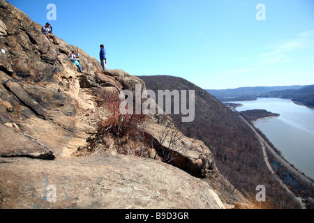 Hikers taking a break at the fabled cliffs of Breakneck Ridge, Hudson Highlands State Park, near Cold Spring, NY, - Stock Image
