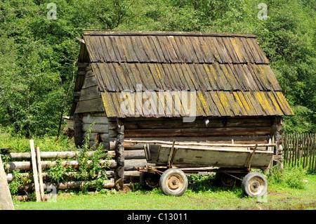 wooden hut in dzembronya area of ukraine - Stock Image