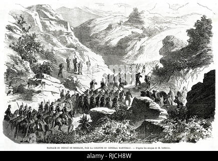 The passage of the parade of Reddade, by the column of general Martineau. A column of soldiers on foot and horseback march through a path between two rocky inclines. - Stock Image