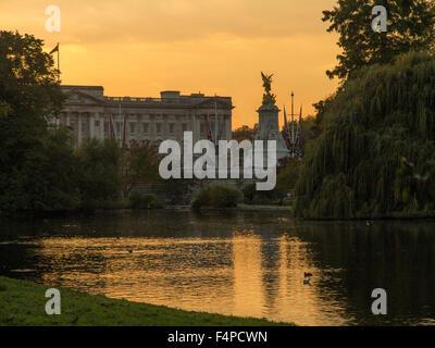 Buckingham Palace at dusk St James's Park London - Stock Image