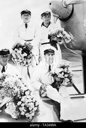 The crew of the flying boat Dornier Do 18 D-ANHR after setting up an international long-distance record of 8500km flight for aircrafts. Standing: Stone, Roesel, sitting: von Engel, Gundermann. - Stock Image