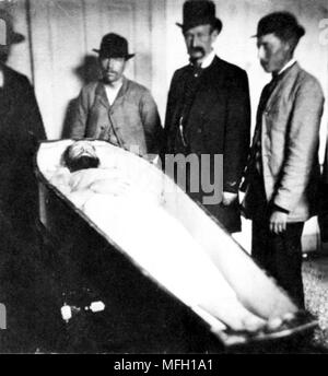 Jesse James, Coffin containing the infamous outlaw after he was shot dead by Bob Ford in 1882 in Saint Joseph, Missouri - Stock Image