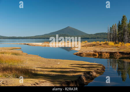 Odell Butte, a cinder cone, rises above Crescent Lake in Oregon's Cascade Lakes area. - Stock Image