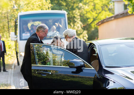 Stockholm, Sweden, May 31, 2018. Crisis in the Swedish Academy. Members of the Swedish Academy arrive at Bergsgarden, Djurgarden, Stockholm for late dinner after previous meetings at the Swedish Academy in the Old town, Stockholm. Göran Malmqvist and wife arrives. Credit: Barbro Bergfeldt/Alamy Live News - Stock Image