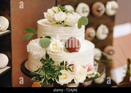 Wedding cake with roses - Stock Image