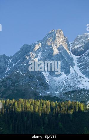 Blick von Süden auf Eisenspitze bei Sonnenaufgang, Lechtaler Alpen, Tirol, Österreich. - Stock Image