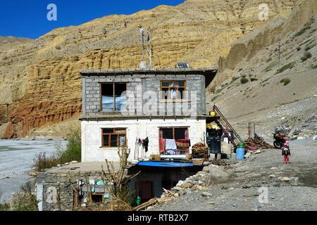 Three storey house on the shore of the dry riverbed of  Kali Gandaki River, Chuksang, Upper Mustang region, Nepal. - Stock Image
