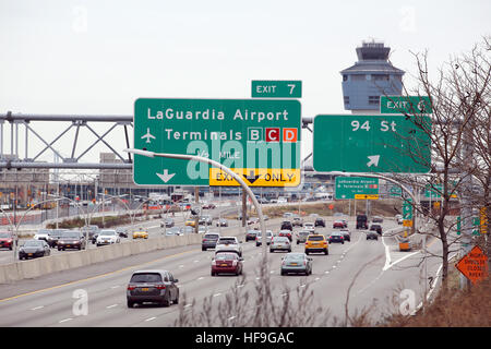 Light traffic on the Grand Central Parkway near Laguardia Airport, Queens, NY, USA - Stock Image