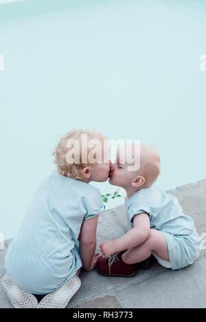 Sisters kissing - Stock Image