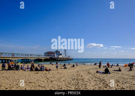 Bournemouth, UK. 29th September 2018 UK Weather Bournemouth . !000's of people descend on Bournemouth for this years Arts Festival running between 29th September and 6th October. The weather was absolutely glorious in the autumn sunshine with people enjoying the entertainment and many enjoying the beach. Credit Paul Chambers Alamy Live News. - Stock Image
