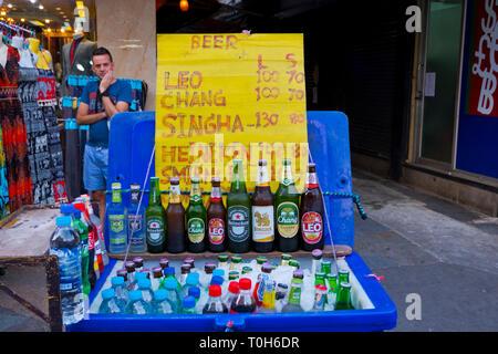 Street vendor selling beer and other drinks, Khao San Road, Banglamphu, Bangkok, Thailand - Stock Image