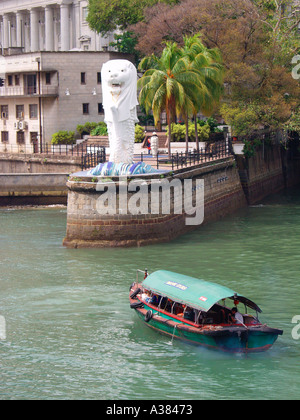 The Merlion Singapore and tourists on harbour boat trip - Stock Image