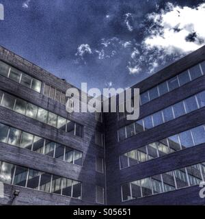 Building and windows with blue sky - Stock Image