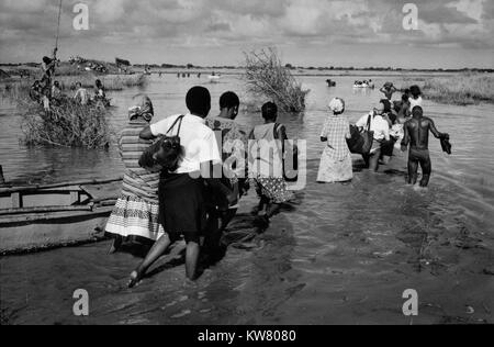 Floods in Mozambique, March 2000; Although the main road to Maputo has been washed away, people still try to complete - Stock Image