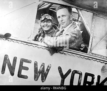 CLARENCE CHAMBERLAIN (1893-1976) Pioneer American aviator with Germany's first aerobatics pilot Thea Rasche in May 1928 - Stock Image