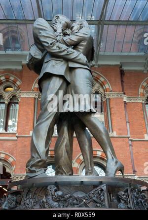 Kissing Couple Statue, St Pancras Station, London - Stock Image
