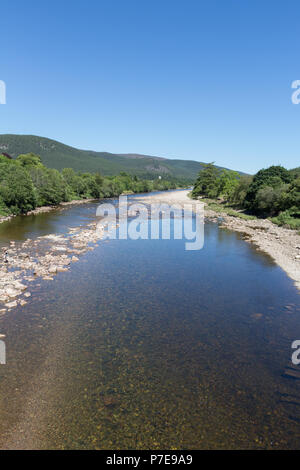 Portrait view of the River Dee as it flows through Ballater, Aberdeenshire, Scotland, UK. - Stock Image