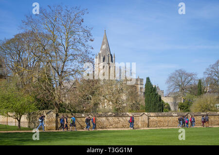 A school party walk along Broad Walk past Christ Church Cathedral, Oxford in Chrsit Church Meadow - Stock Image