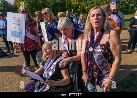London, UK. 10th October 2018. People joion in the singing of the suffragette song 'The March Of The Women' at the Shoulder to Shoulder rally in Hyde Park by groups campaigning for women born in the 1950s to regain the pensions stolen from them under successive governments, including The Waspi Campaign (Women Against State Pension Inequality),  Back to 60, We Paid In, You Pay Out and others. The loss of pensions following the 1995 Conservative Government's Pension Act, worsened by the 2011 Pension Acts, affects some 3. Credit: Peter Marshall/Alamy Live News - Stock Image