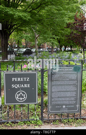 PERETZ SQUARE. A sign around a small triangular garden in the East Village dedicated to Yiddish poet  Isaac Loeb Perets. - Stock Image