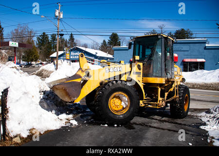 A John Deere 544H Wheel Loader moving snow from a driveway in Speculator, NY USA - Stock Image