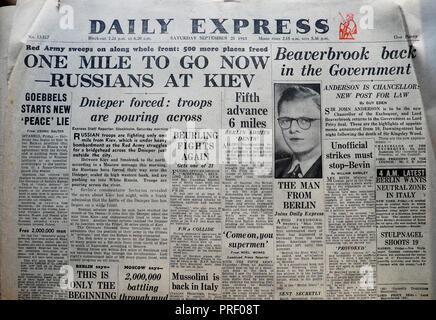 'One Mile to Go Now - Russians at Kiev' front page headlines of the Daily Express newspaper London England UK September 25 1943 - Stock Image