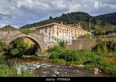 Monasterio de Corias (now a Parador) in the valley of the Río Narcea with El Puente de Corias over the river. Cangas del Narcea, Asturias, Spain.  [Ca - Stock Image
