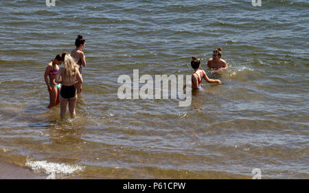 Dundee, Tayside, Scotland, UK. 28th June, 2018. UK weather: Young girls playing around in the water enjoying the hot sunny weather at Broughty Ferry beach in Dundee with temperatures reaching 30º Celsius. Credits: Dundee Photographics / Alamy Live News - Stock Image