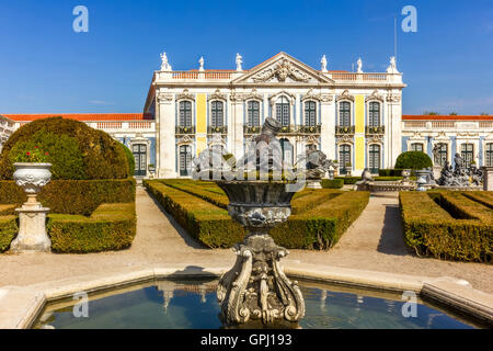 FOUNTAIN AND NATIONAL PALACE IN QUELUZ PORTUGAL: One of the last great Rococo buildings to be designed in Europe - Stock Image