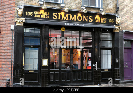 Simmons Bar exterior view front of building on Charterhouse Street in Farringdon London EC1 England UK  KATHY DEWITT - Stock Image
