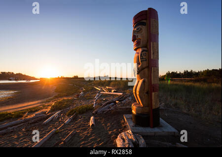 A totem pole marks a boundary point near the head of the Goose Spit indicating First Nation traditional territory, Comox, The Comox Valley, Vancouver  - Stock Image
