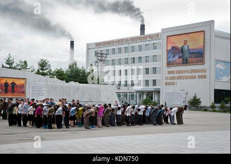Le jour de la fête nationale, tous les Nord coréens ont l'obligation de saluer les immenses statues - Stock Image