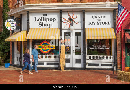 JONESBOROUGH, TN, USA-9/29/18: A man and women walk past a candy shop, called The Lollipop Shop. - Stock Image