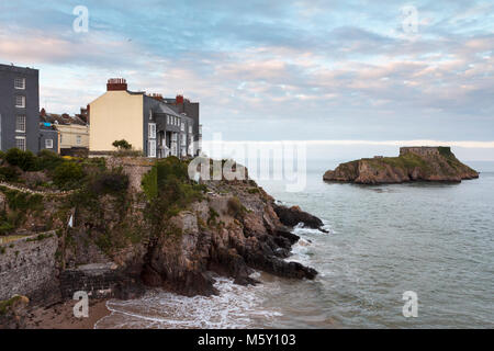 Slate-fronted houses on the cliff top at Tenby, Pembrokeshire, Wales, looking out to St Catherine's Island and - Stock Image