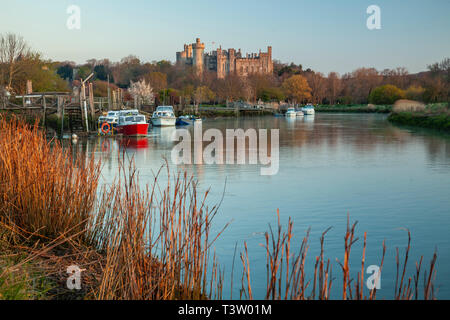Sunrise on river Arun near Arundel, West Sussex. Arundel Castle in the distance. - Stock Image