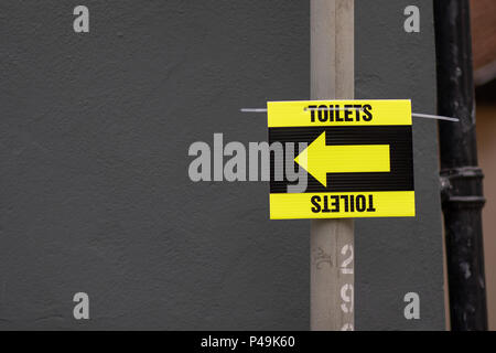 Temporary toilets direction arrow sign - Stock Image