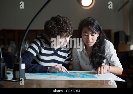 Students reading map in class - Stock Image
