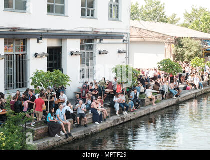 People enjoying the sun outside the Crate Brewery Bar and Pizzeria, Hackney Wick, East London - Stock Image