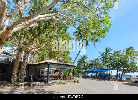 Apres Beach bar grill on the foreshore at Palm Cove, Cairns Northern Beaches, Far North Queensland, QLD, FNQ, Australia - Stock Image