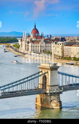 Chain Bridge and Hungarian Parliament building, Budapest, Hungary - Stock Image